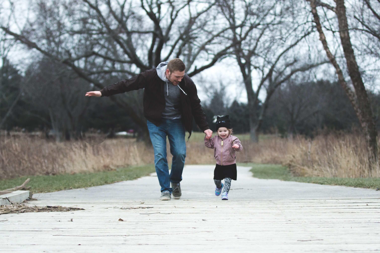 papa y hija divirtiendose