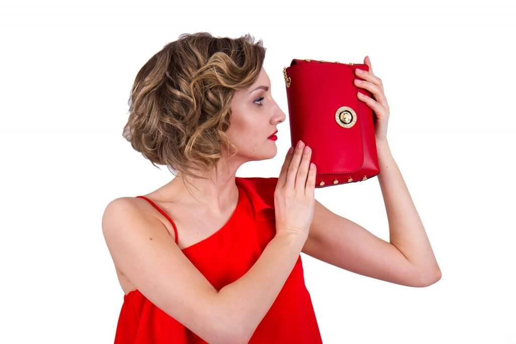Mujer en Vestido de Fiesta Rojo con Peinado Recogido