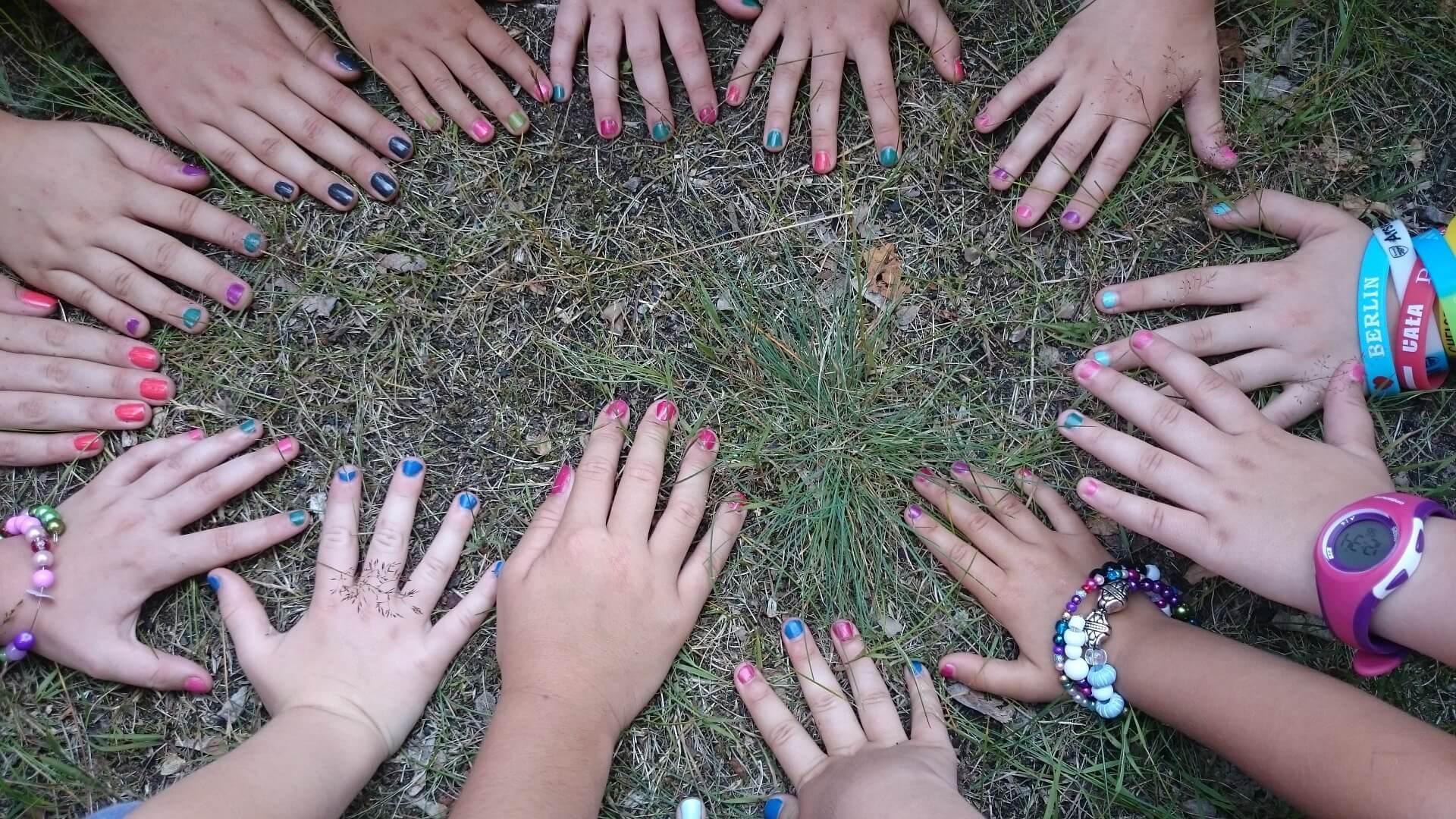 nenas con uñas pintadas