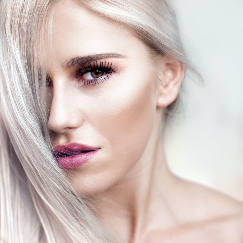 maquillaje en mujer rubia